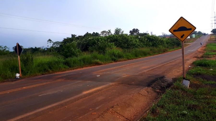 SINFRA-MT constrói quebra molas na Avenida Rio Arinos, próximo a entrada da Unemat e Ajes