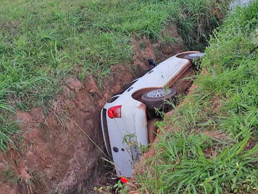 Motorista se perde no volante e cai dentro de vala ao lado da Avenida Rio Arinos