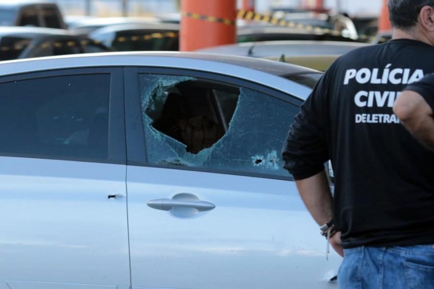 Bandidos tentam roubar carro-forte e trocam tiros no Atacadão