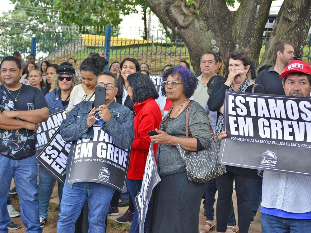 Educadores em greve ocupam pátio da Seduc-MT
