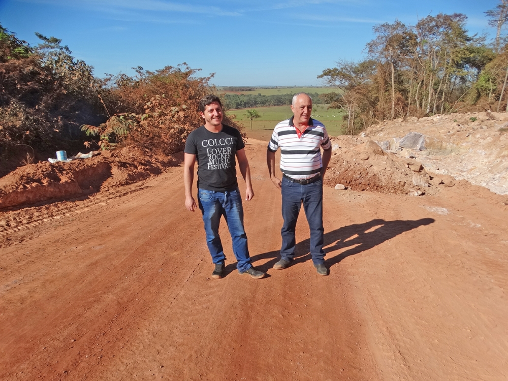 Prefeito Carlos Sirena e vereador Flavinho visitam obras de rebaixamento da serra de Itapaiúna.
