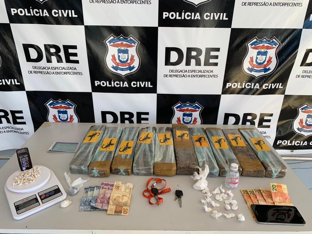 Polícia Civil prende quatro com tijolos de maconha, porções e dinheiro