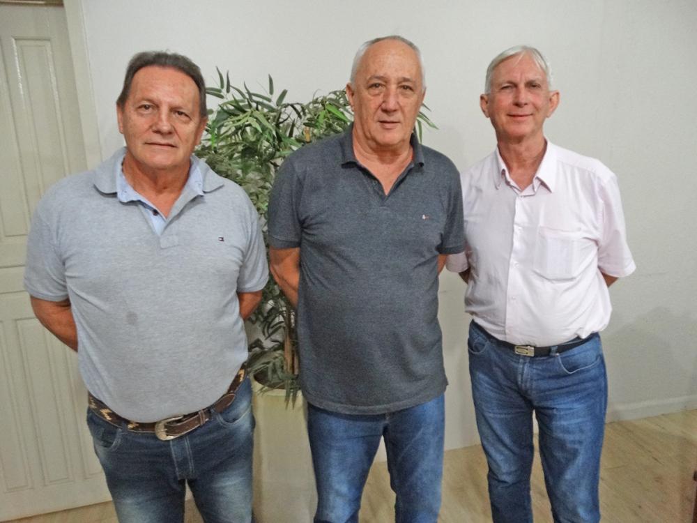 Amigos Osvaldo Del Grossi e Fachin visitam gabinete do prefeito Carlos Sirena.