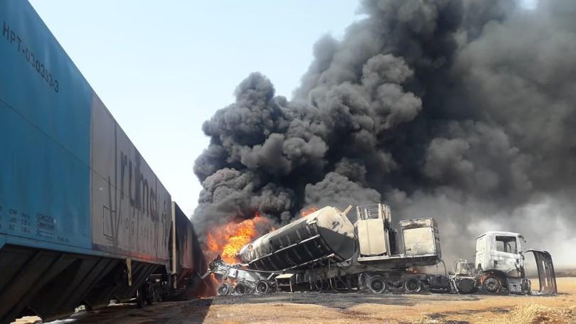 Caminhão-tanque se choca com trem e provoca explosão em ferrovia de MT