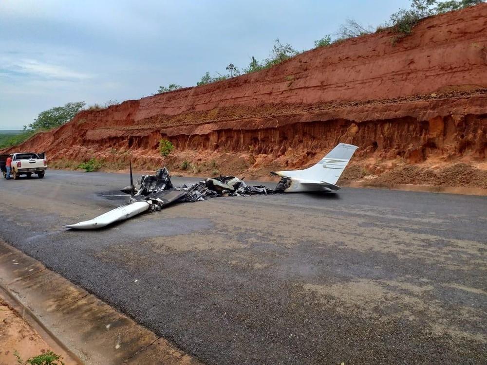 Avião cai e pega fogo em rodovia de MT e não há informações sobre o piloto e vítimas