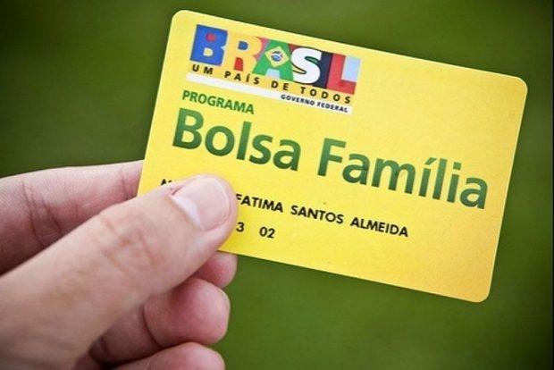 Bolsonaro assina MP que concede 13º pagamento do Bolsa Família