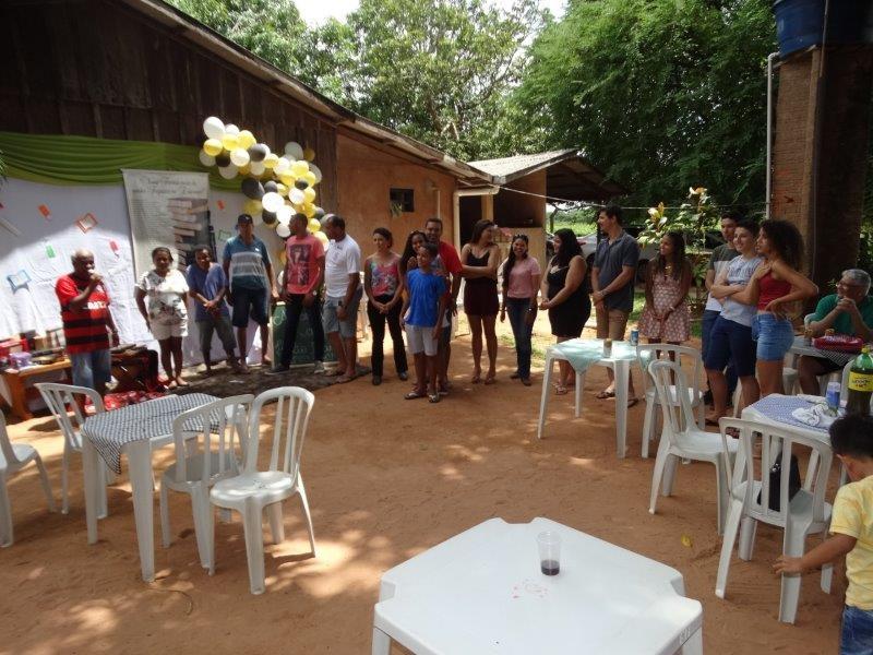 Professor Hélio Castão recebe homenagem de amigos para comemorar sua aposentadoria.