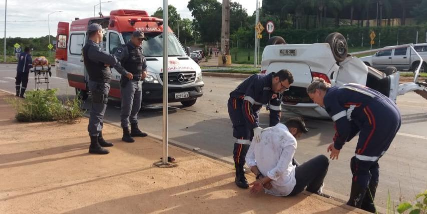 Motorista é preso após furar bloqueio policial, capotar carro e passageiro ir à óbito