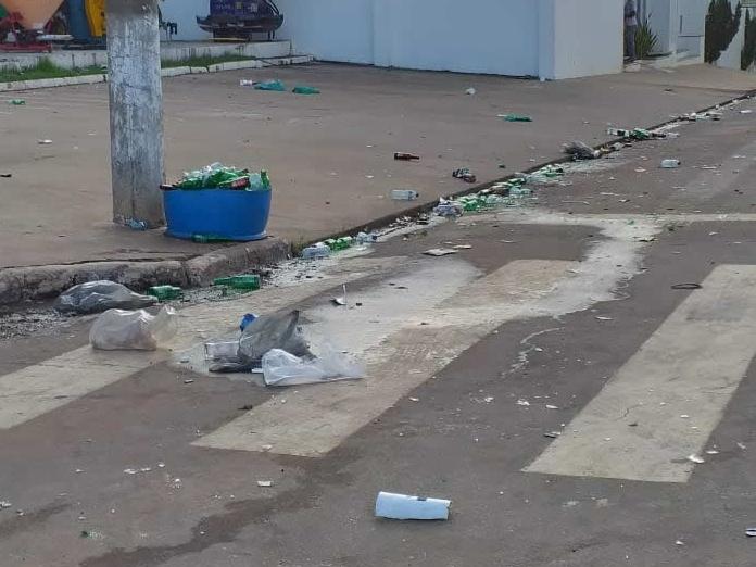 Jovens emporcalham o centro de Juara com garrafas de bebida e sacos plásticos.