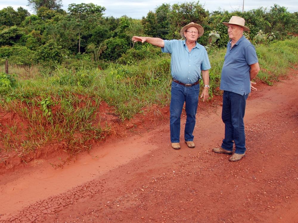 Prefeito Carlos Sirena visita estradas da região de Catuai e divisa com Nova Maringá.