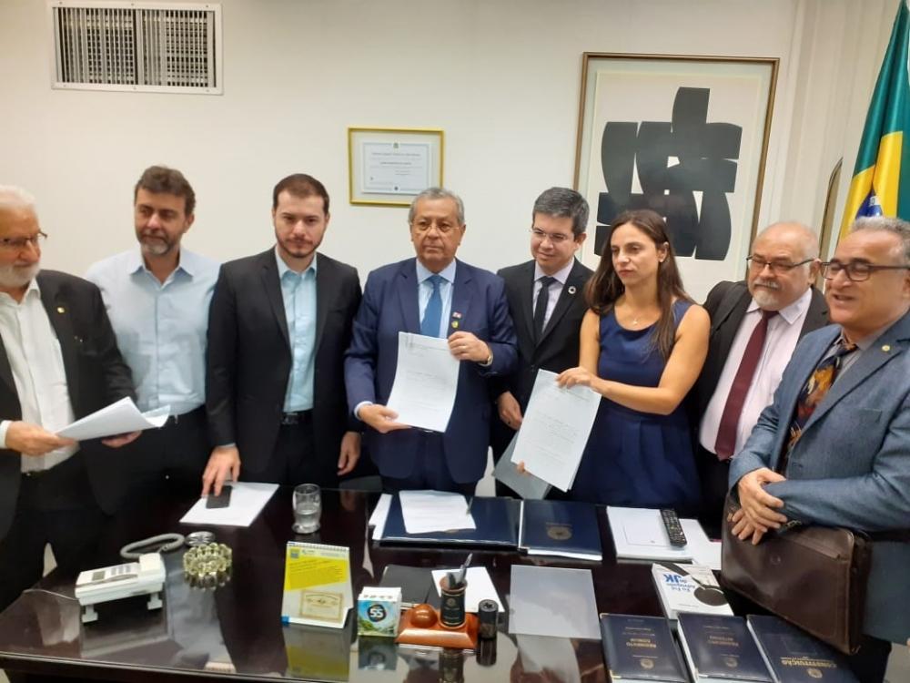 Senador Jayme Campos recebe representação contra Flávio Bolsonaro
