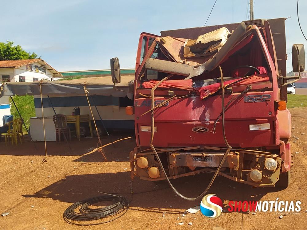 Caminhão desgovernado quebra poste de energia e quase atinge família do circo que dormia em trailer