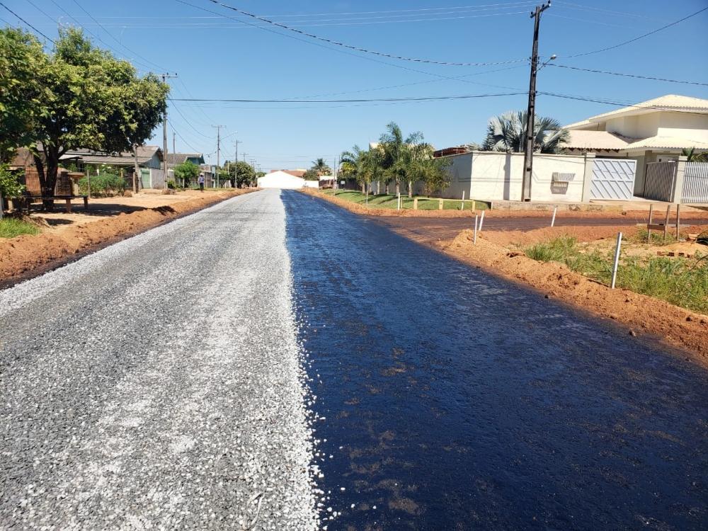 Ruas do Bairro Santa Helena já estão recendo pavimentação asfáltica.