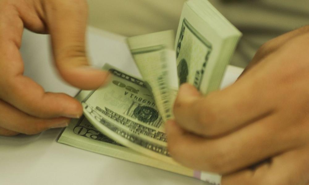 Dólar aproxima-se de R$ 5,30 e fecha no menor valor em oito dias