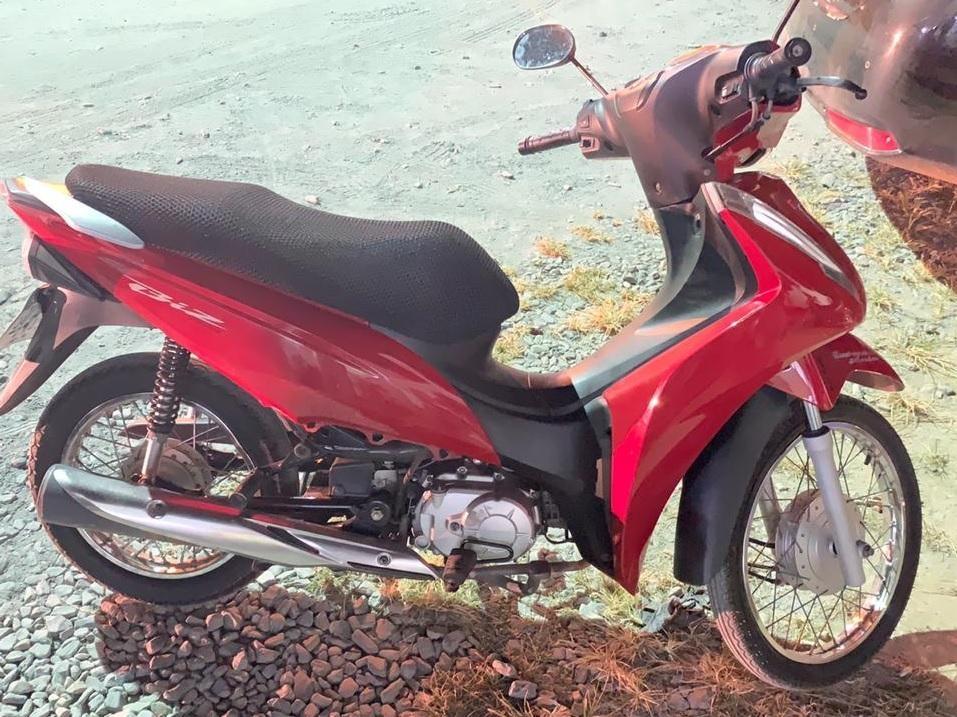 PM descobre que motocicleta estava com placa de carro durante consulta