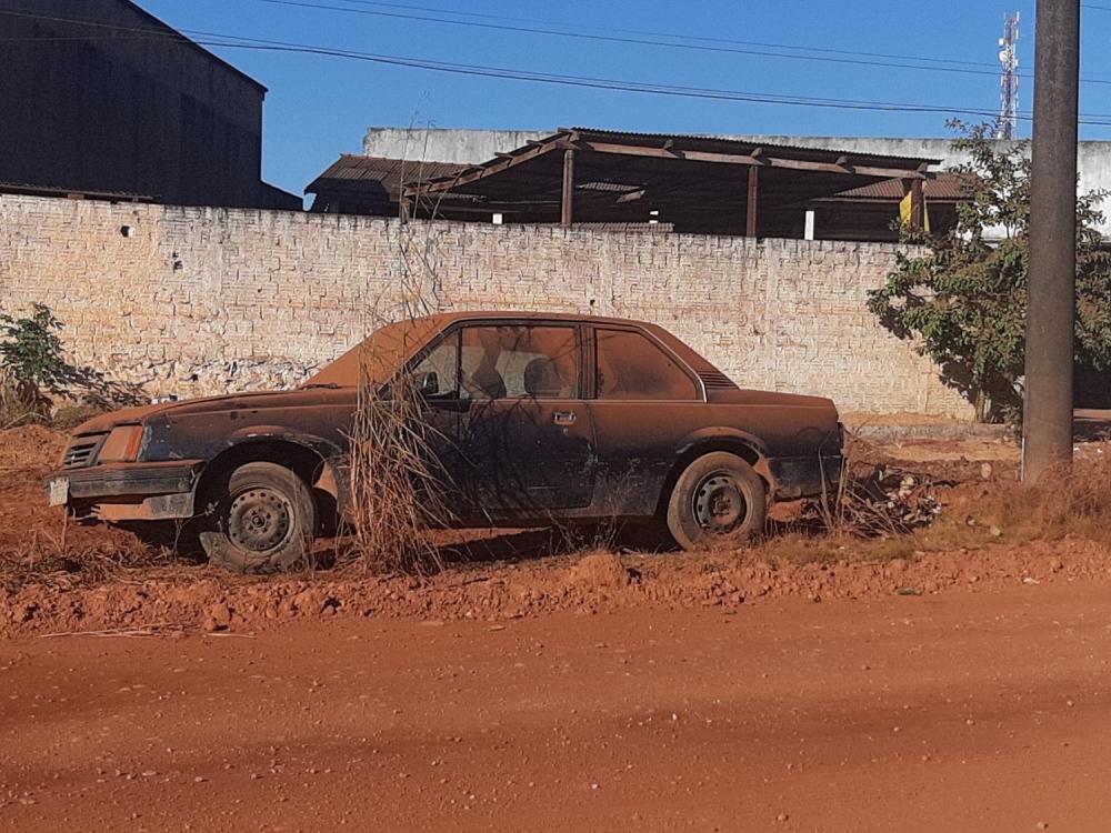 Carros velhos são abandonados em ruas e avenidas de Juara
