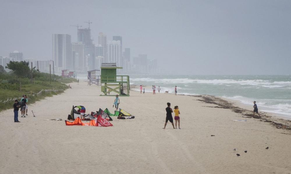 Covid-19: turistas fazem festas, mas moradores de Miami se isolam