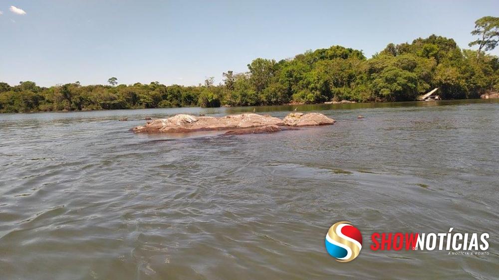 Avô e neto desaparecem nas águas após o barco em que estavam chocar-se contra uma pedra no Rio Arinos.