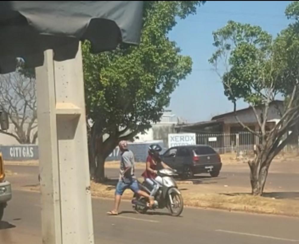 Homem aparentando desequilíbrio mental ou embriaguez provoca o próprio atropelamento por moto em avenida de Juara.